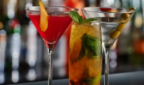 selection-of-temptingly-delicious-cocktails-on-bar